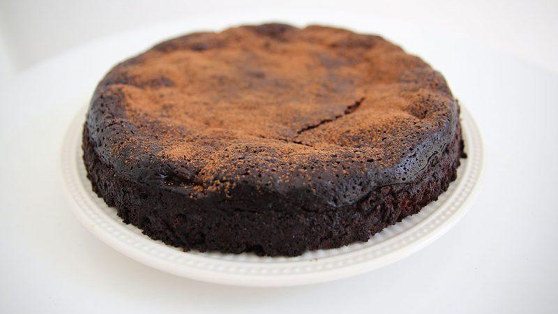Chocolade fudge taart maken met walnoten